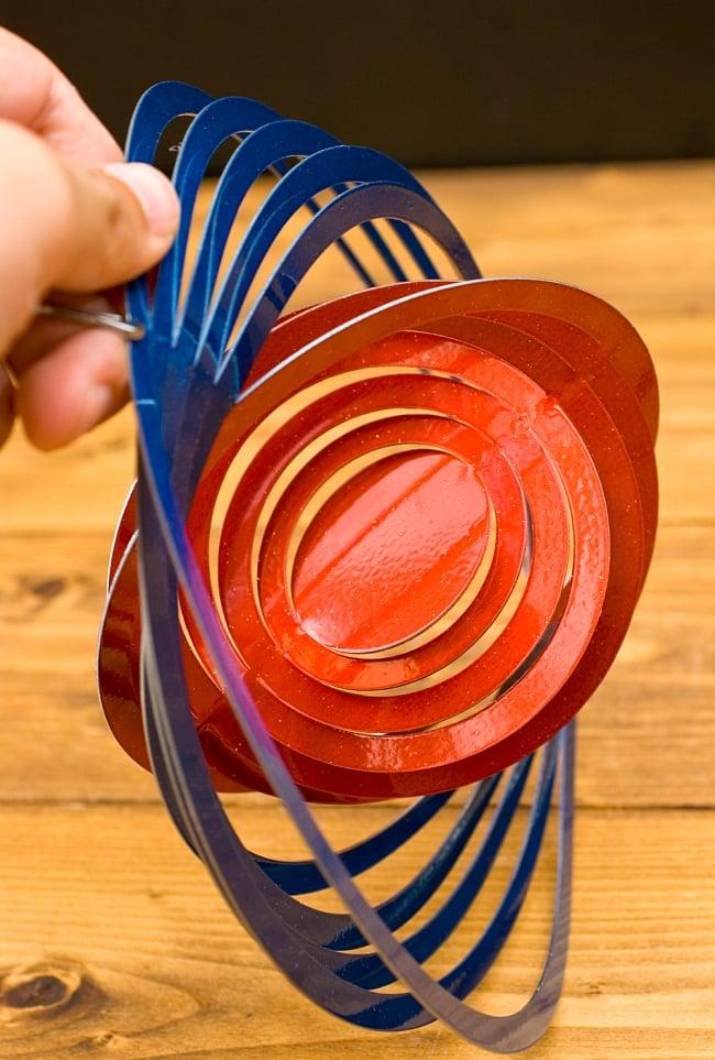 カラフルコスモスピナー 太陽で輝き風で動くモビール- 赤と青(8インチ)の写真6 - 折り曲げることができるようになっています