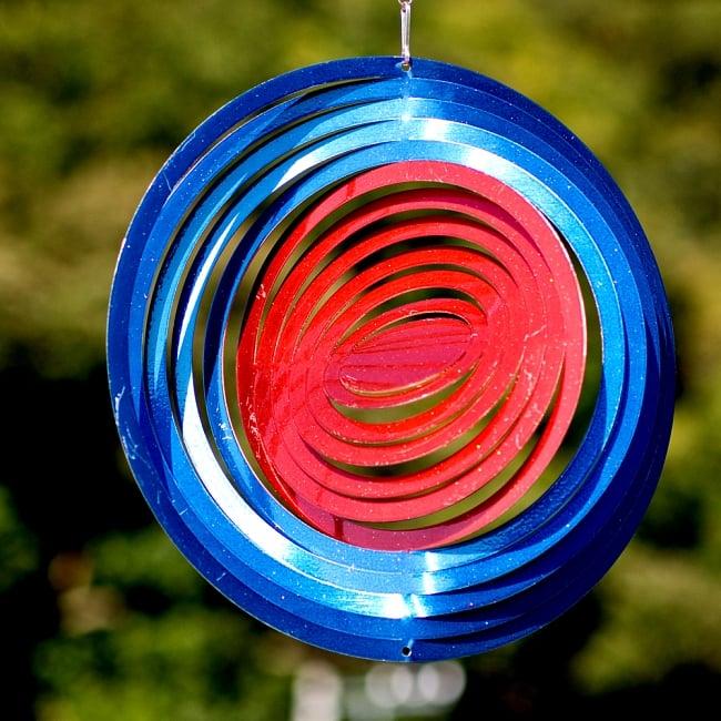 カラフルコスモスピナー 太陽で輝き風で動くモビール- 赤と青(8インチ)の写真