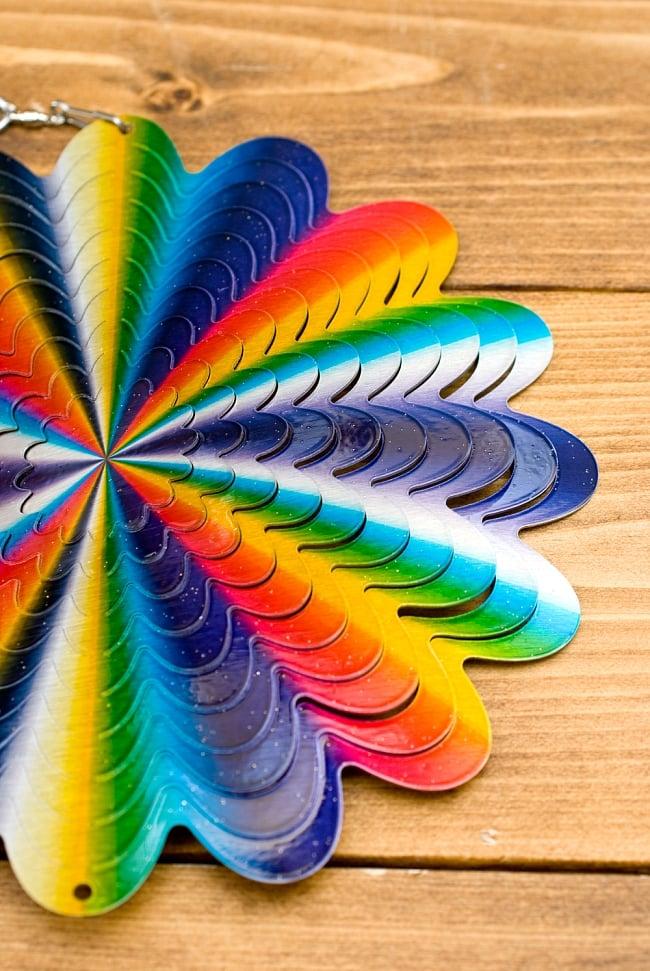 カラフルコスモスピナー 太陽で輝き風で動くモビール- サイケなフラワー(8インチ) 4 - このような形になっています
