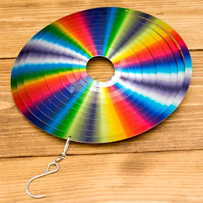 カラフルコスモスピナー 太陽で輝き風で動くモビール- レインボーサークル(8インチ) 3 - 本体にフック部分があるので届いてすぐに使用できます