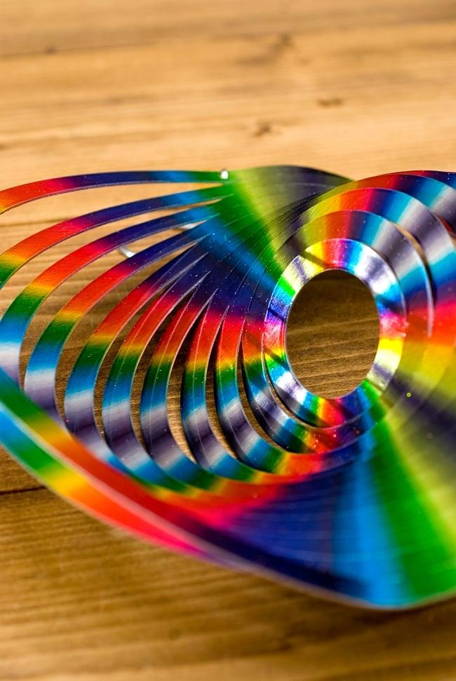 カラフルコスモスピナー 太陽で輝き風で動くモビール- レインボーサークル(8インチ) 6 - 折り曲げることができるようになっています