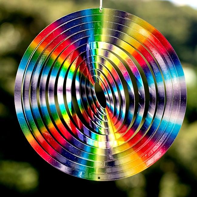 カラフルコスモスピナー 太陽で輝き風で動くモビール- レインボーサークル(8インチ)の写真