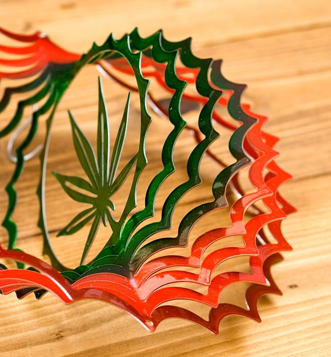 カラフルコスモスピナー 太陽で輝き風で動くモビール-麻の葉(8インチ)の写真6 - 折り曲げることができるようになっています