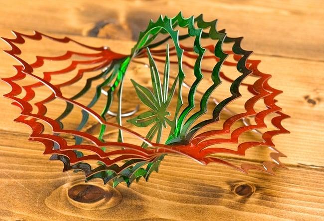 カラフルコスモスピナー 太陽で輝き風で動くモビール-麻の葉(8インチ)の写真7 - 折り曲げたところを別の角度から撮影してみました