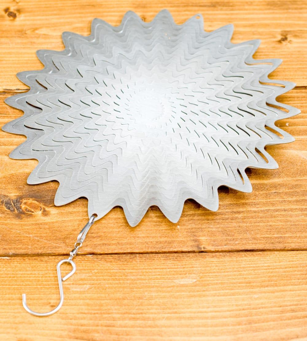 カラフルコスモスピナー 太陽で輝き風で動くモビール-シルバー (12インチ) 3 - 本体にフック部分があるので届いてすぐに使用できます