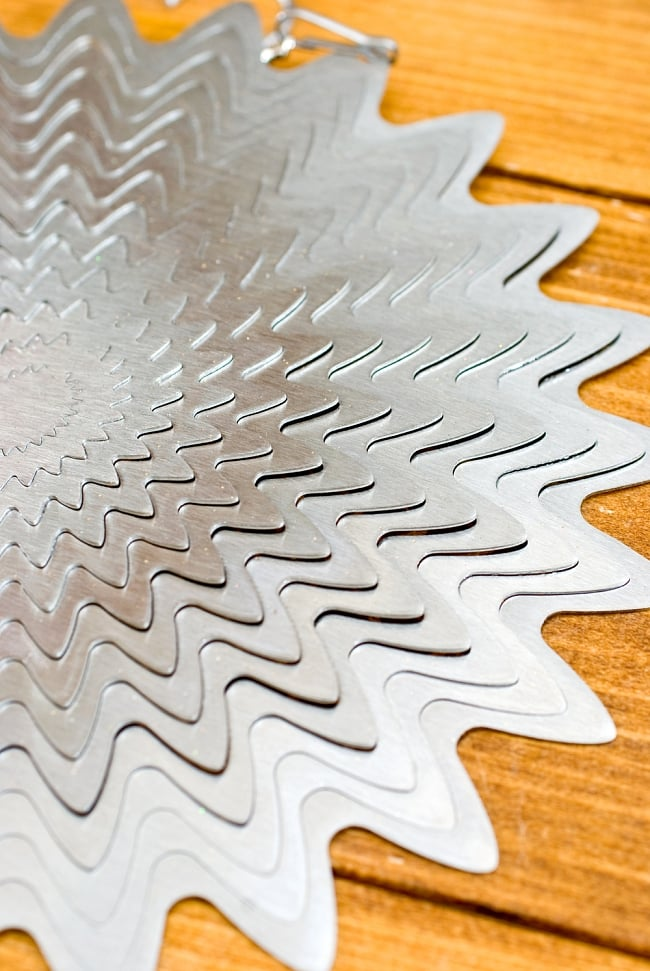 カラフルコスモスピナー 太陽で輝き風で動くモビール-シルバー (12インチ) 5 - こんな柄です