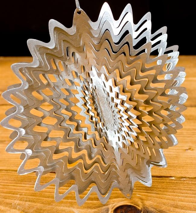カラフルコスモスピナー 太陽で輝き風で動くモビール-シルバー (12インチ) 6 - 折り曲げることができるようになっています