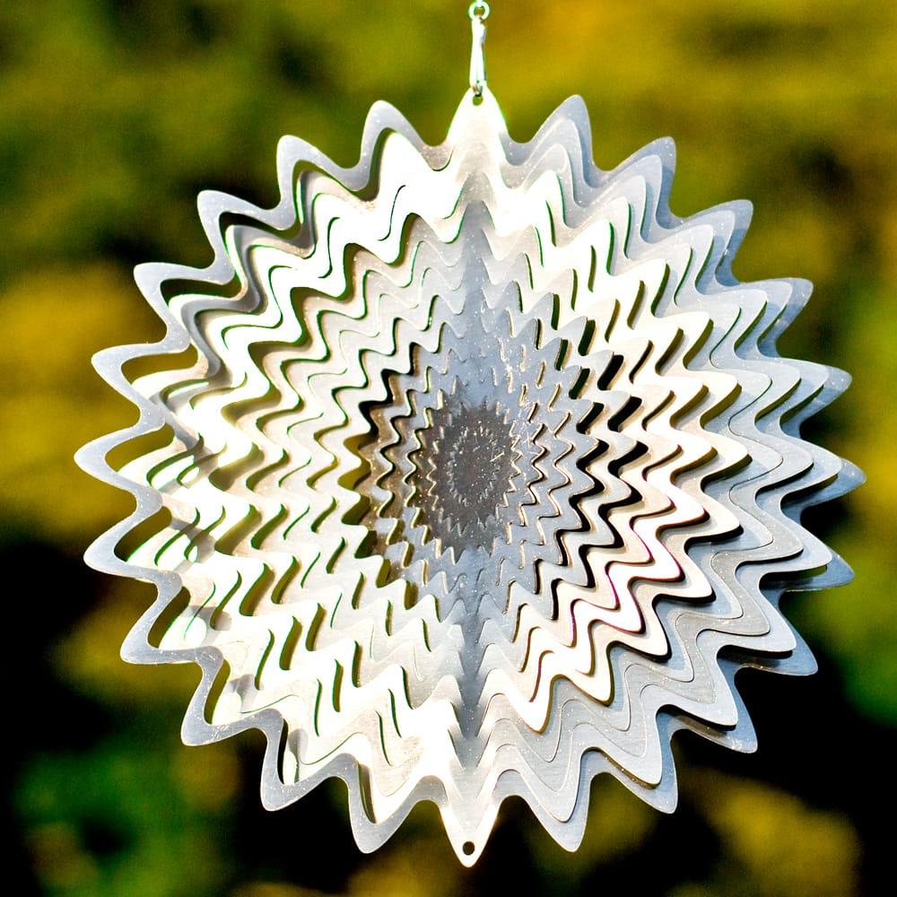 カラフルコスモスピナー 太陽で輝き風で動くモビール-シルバー (12インチ)の写真