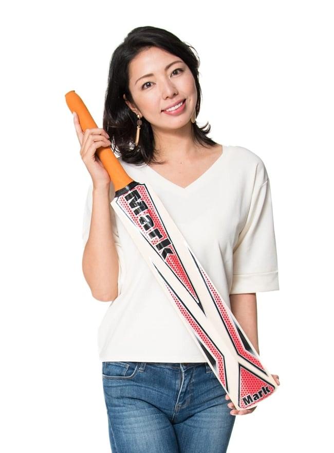 クリケットバット - COSCO STRIKER 10 - 類似品を、モデルさんに持ってもらったところです。