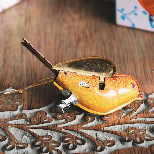 〔アソート〕カラフル小鳥さん 尻尾と羽が連動する インドのレトロなブリキのおもちゃ 8 - 裏面の写真です