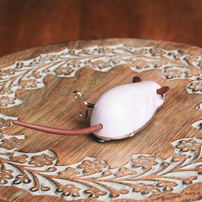 ゼンマイ式で動くネズミさん インドのレトロなブリキのおもちゃ 5 - 後ろからの写真です