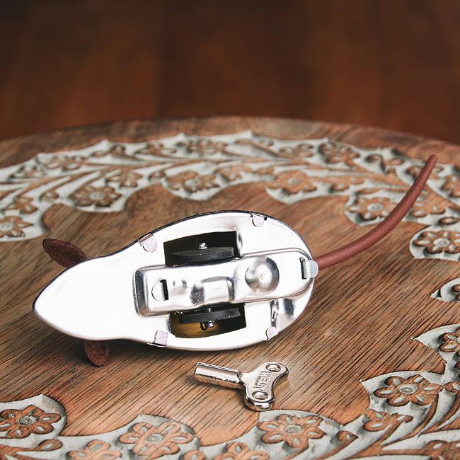 ゼンマイ式で動くネズミさん インドのレトロなブリキのおもちゃ 8 - 裏面の写真です