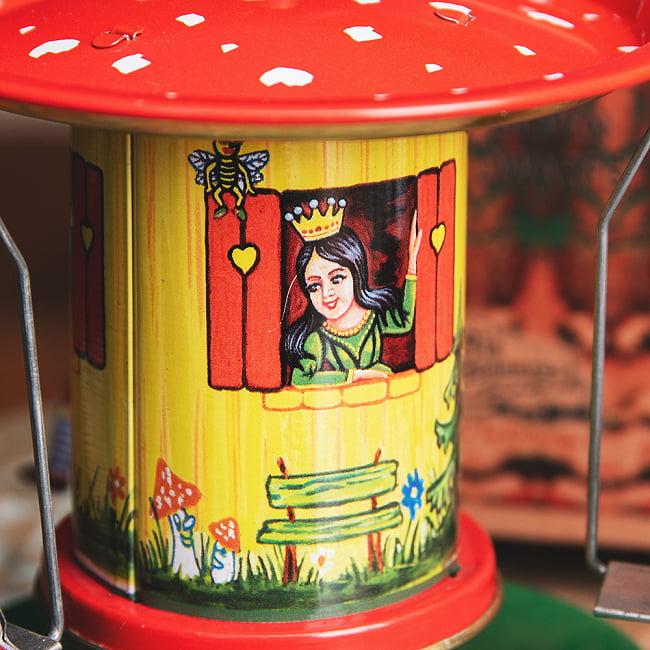 お姫様とドワーフたちの回転ブランコ インドのレトロなブリキのおもちゃ 3 - お姫様が窓から見ています