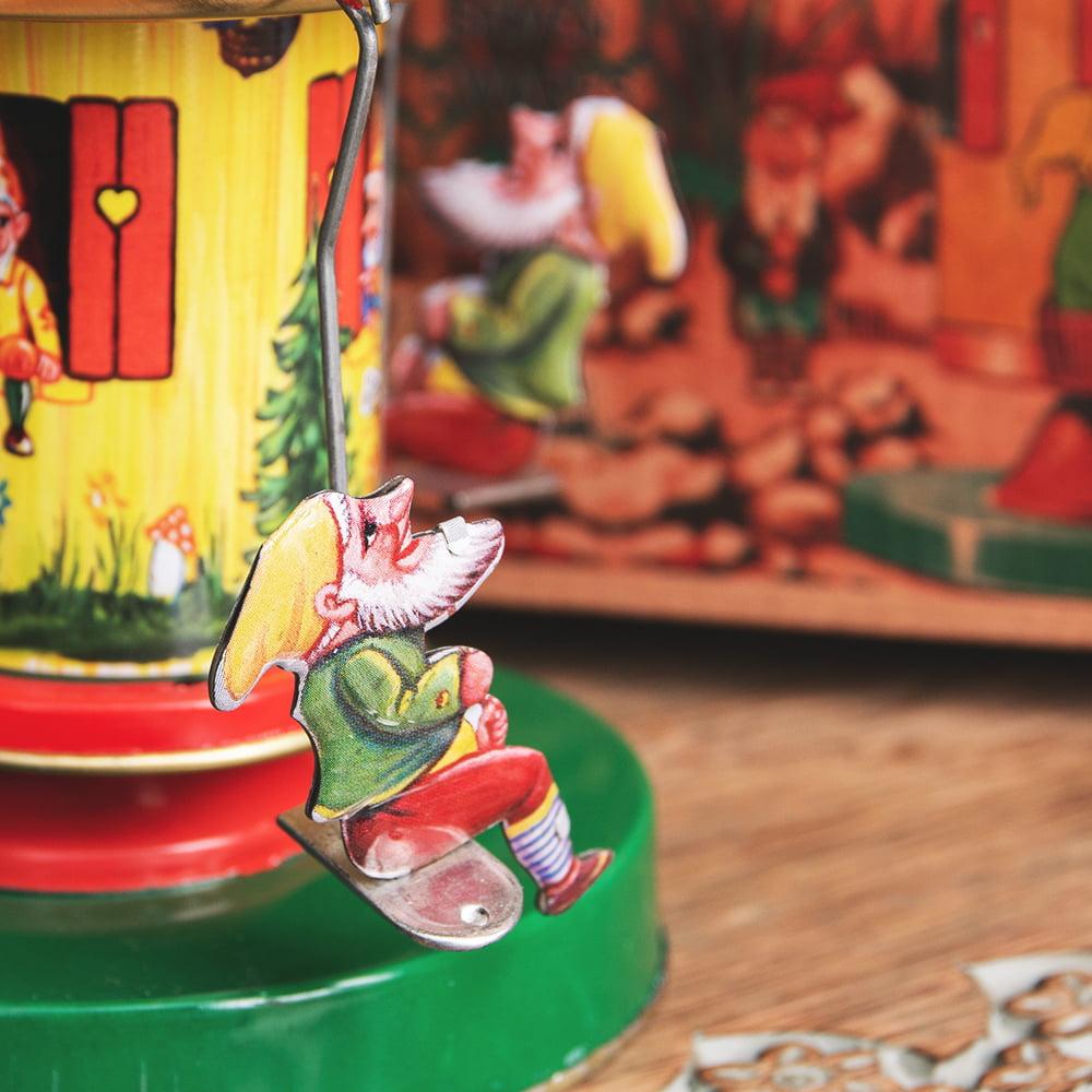 お姫様とドワーフたちの回転ブランコ インドのレトロなブリキのおもちゃ 4 - 拡大写真です