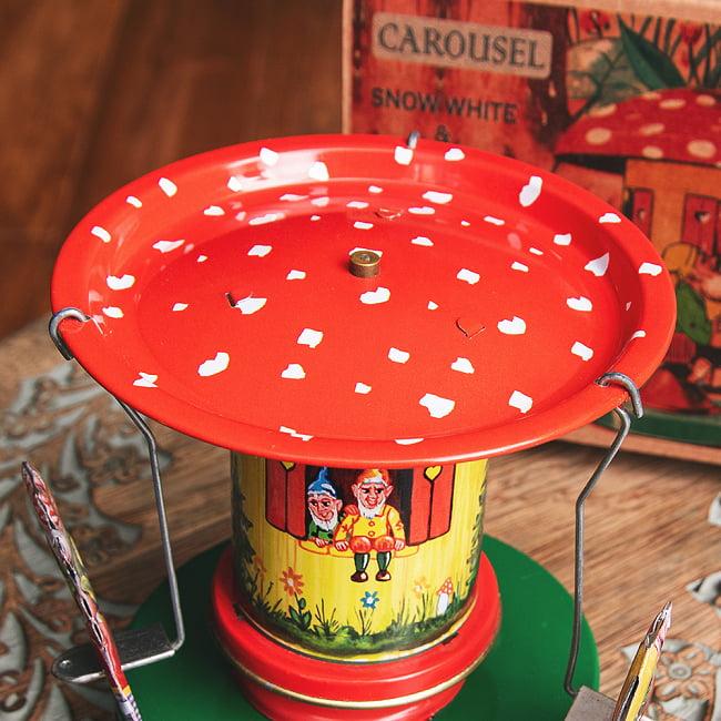 お姫様とドワーフたちの回転ブランコ インドのレトロなブリキのおもちゃ 5 - 上からの写真です