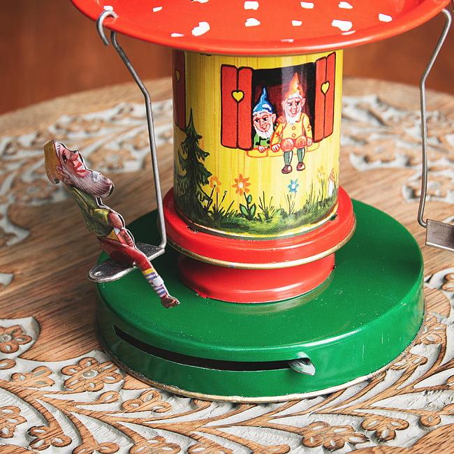 お姫様とドワーフたちの回転ブランコ インドのレトロなブリキのおもちゃ 6 - 下部のつまみをスライドさせると動き出します