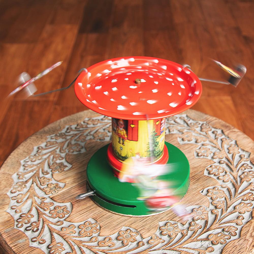 お姫様とドワーフたちの回転ブランコ インドのレトロなブリキのおもちゃ 7 - 動いているところです