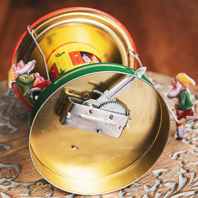 お姫様とドワーフたちの回転ブランコ インドのレトロなブリキのおもちゃ 8 - 裏面の写真です