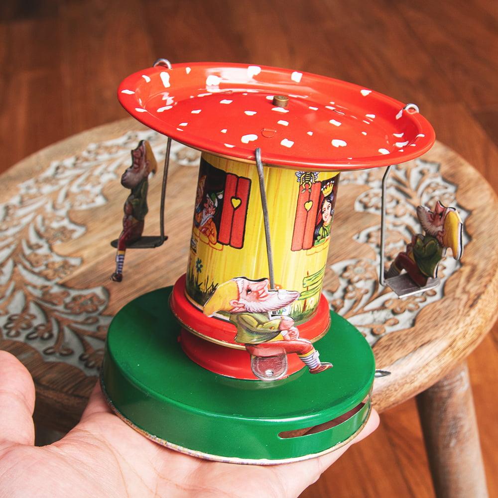 お姫様とドワーフたちの回転ブランコ インドのレトロなブリキのおもちゃ 9 - このくらいのサイズ感になります