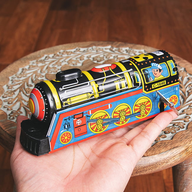 ゼンマイ式 汽笛が鳴る!大陸横断機関車 インドのレトロなブリキのおもちゃ 8 - このくらいのサイズ感になります