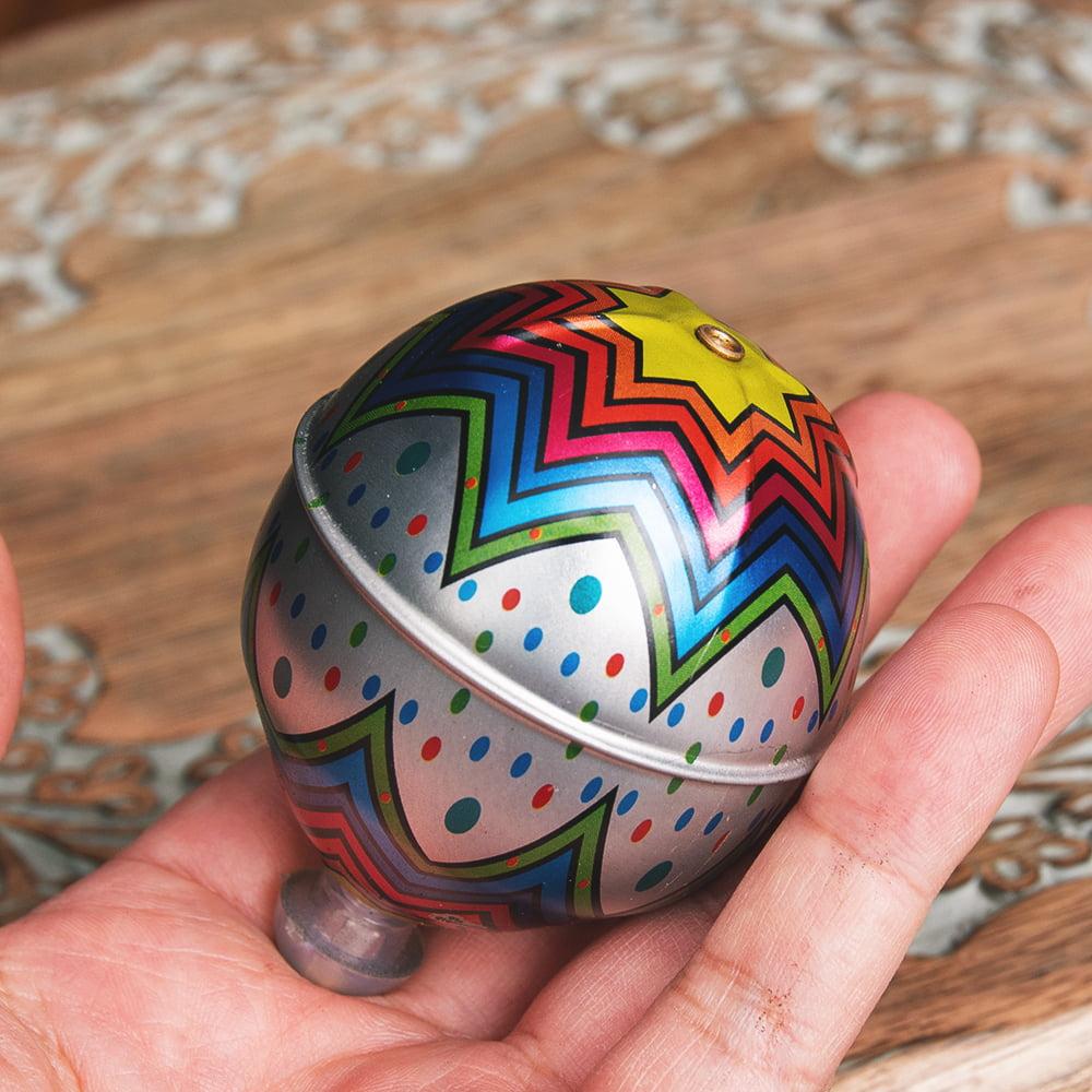 〔アソート〕フリクション式 カラフル気球コマ インドのレトロなブリキのおもちゃ 7 - このくらいのサイズ感になります