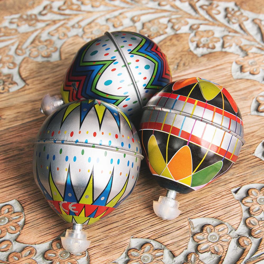 〔アソート〕フリクション式 カラフル気球コマ インドのレトロなブリキのおもちゃ 8 - 色合いは、このようにそれぞれ異なります。当店でお一つをランダムにお選びして、お送りしております。