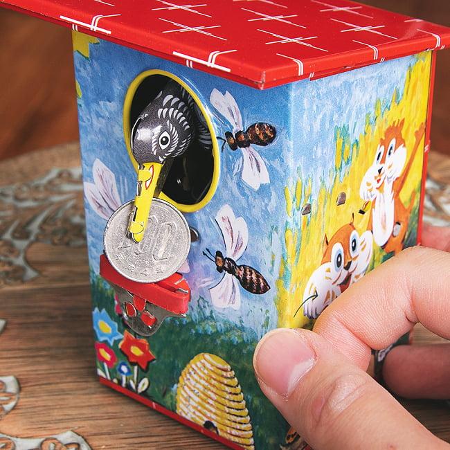楽しく貯金!鳥さん貯金箱 インドのレトロなブリキのおもちゃ 10 - 持ち上げて
