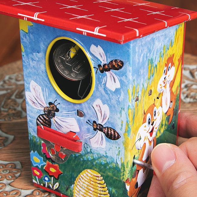 楽しく貯金!鳥さん貯金箱 インドのレトロなブリキのおもちゃ 12 - 去っていきます