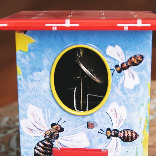 楽しく貯金!鳥さん貯金箱 インドのレトロなブリキのおもちゃ 13 - 最後まで回すと、お金が内部に落ちます。