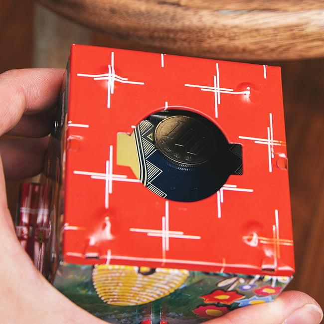 楽しく貯金!鳥さん貯金箱 インドのレトロなブリキのおもちゃ 15 - こちらから、貯まったお金を取り出せます。