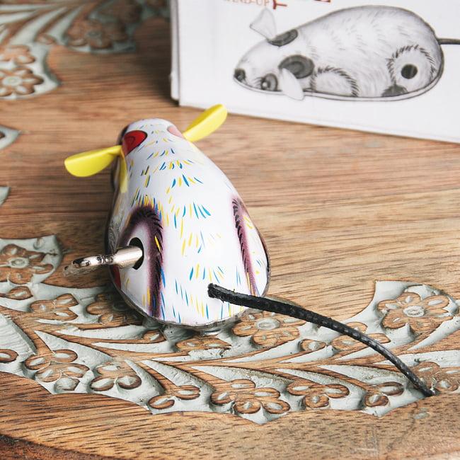 ゼンマイ式で動くカラフルネズミさん インドのレトロなブリキのおもちゃ 5 - 後ろからの写真です