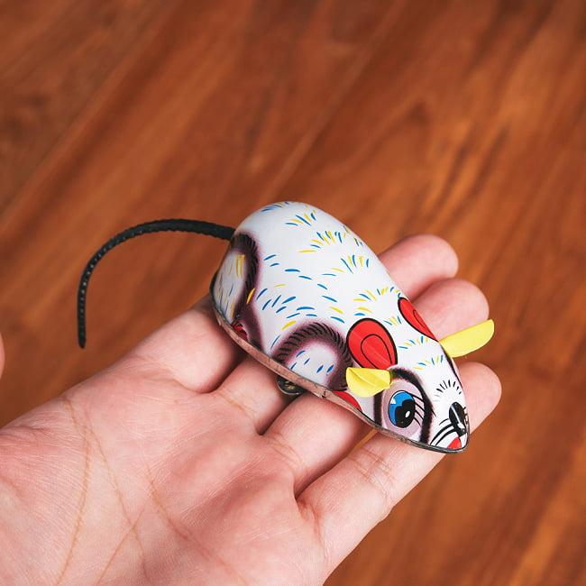 ゼンマイ式で動くカラフルネズミさん インドのレトロなブリキのおもちゃ 8 - このくらいのサイズ感になります