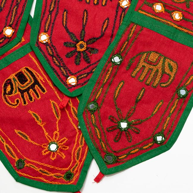 インドの飾りトーラン -ぞうと花と鏡-アソート 10 - 赤暗。このように暗めの刺繍糸です。どれが届くはお楽しみに!