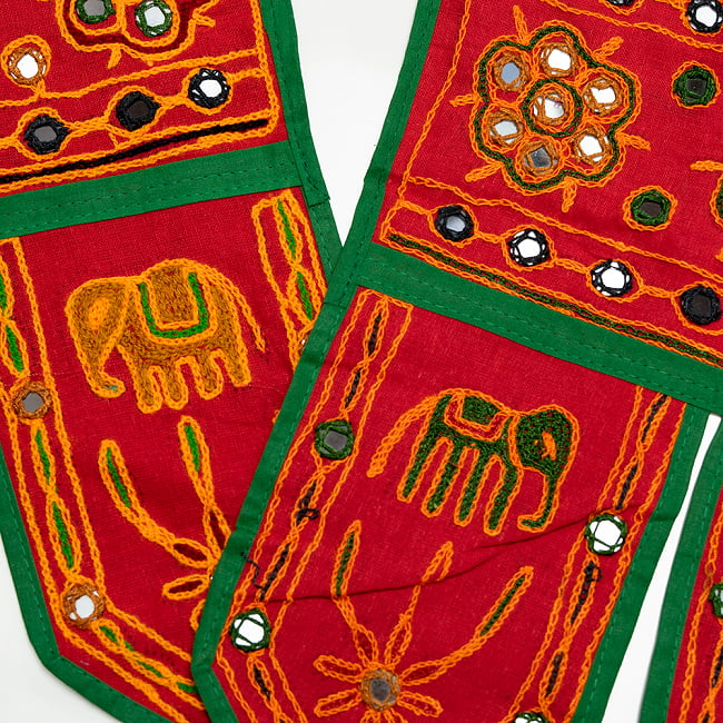 インドの飾りトーラン -ぞうと花と鏡-アソート 12 - 赤明です。明るめの刺繍糸です。どれが届くはお楽しみに!