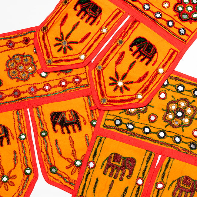 インドの飾りトーラン -ぞうと花と鏡-アソート 2 - オレンジ暗。このように暗めの刺繍糸です。どれが届くはお楽しみに!