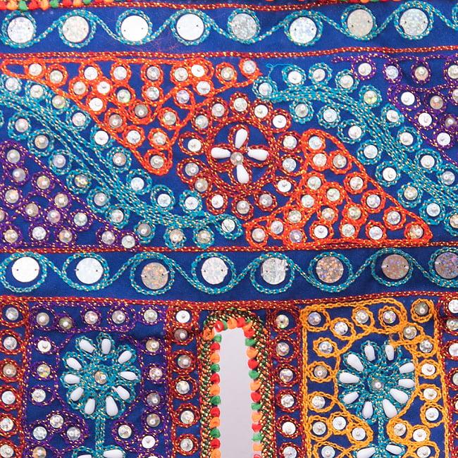 砂漠の国のトーラン -ビーズ-波 2 - 刺繍と生地をアップで撮りました。カラフルで楽しいデザインですね。
