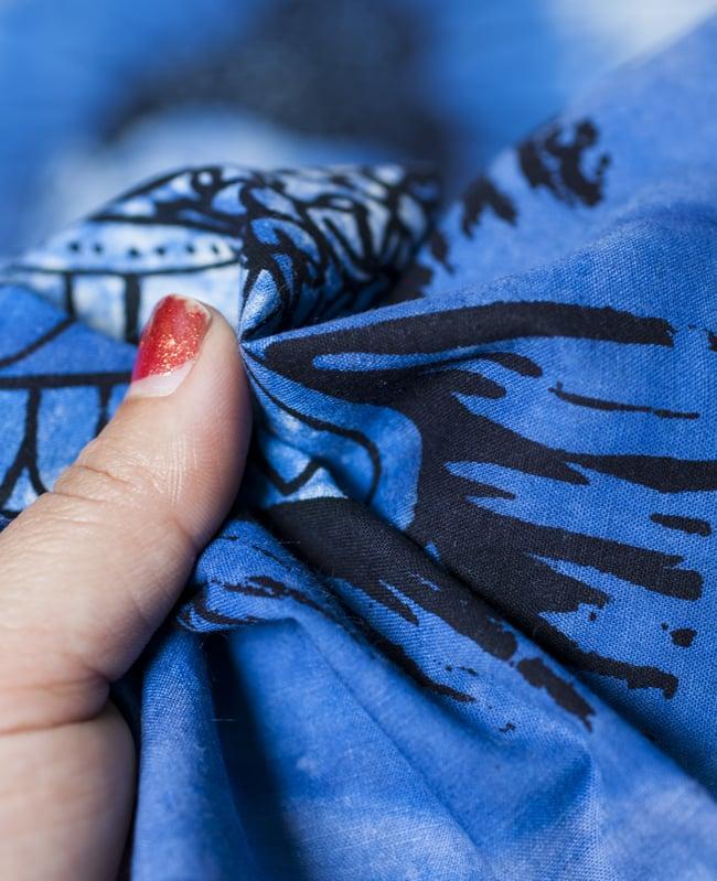 [小サイズ]バティック染めのタペストリー風神様布 - ブッダ[約50x85cm]の写真5 - 目の細かめの布でできています。また、のりが利いています。