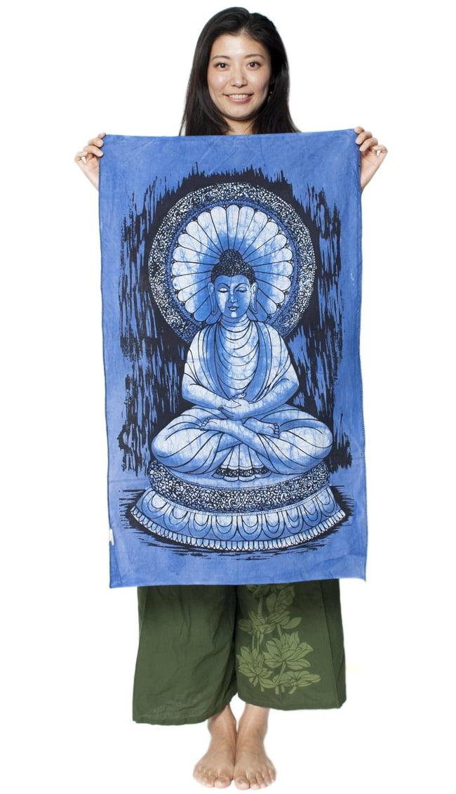 [小サイズ]バティック染めのタペストリー風神様布 - ブッダ[約50x85cm]の写真6 - 女性スタッフが持ってみるとこれくらいの大きさです。