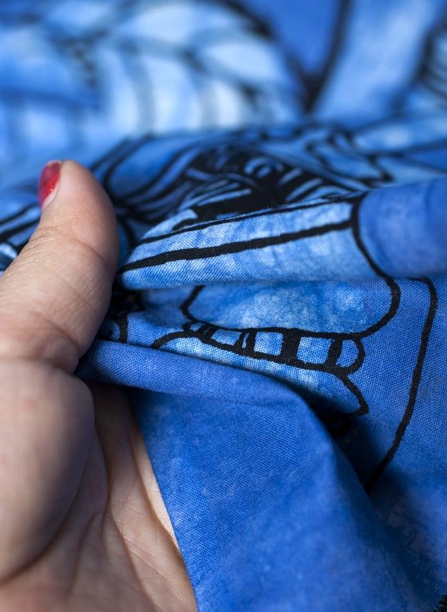[小サイズ]バティック染めのタペストリー風神様布 - レリーフ・ブッダ[約50x85cm]の写真5 - 目の細かめの布でできています。また、のりが利いています。