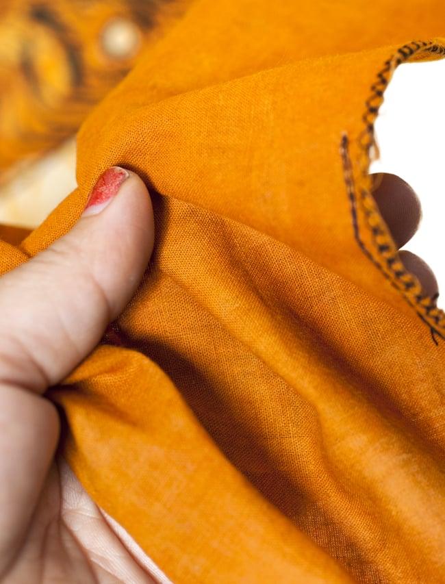 [小サイズ]バティック染めのタペストリー風神様布 - 座りシヴァ[約50x85cm]の写真5 - 目の細かめの布でできています。また、のりが利いています。