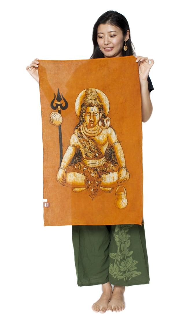 [小サイズ]バティック染めのタペストリー風神様布 - 座りシヴァ[約50x85cm]の写真6 - 女性スタッフが持ってみるとこれくらいの大きさです。
