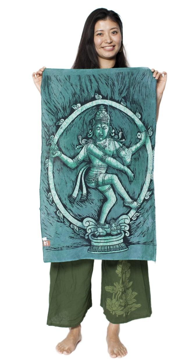 [小サイズ]バティック染めのタペストリー風神様布 - ナタラジ(ダンシングシヴァ)[約50x85cm]の写真6 - 女性スタッフが持ってみるとこれくらいの大きさです。