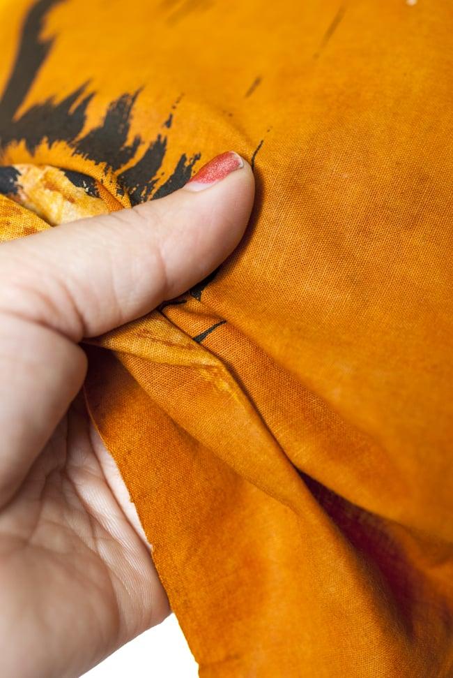[小サイズ]バティック染めのタペストリー風神様布 - カーマ・スートラ[約50x85cm]の写真5 - 目の細かめの布でできています。また、のりが利いています。