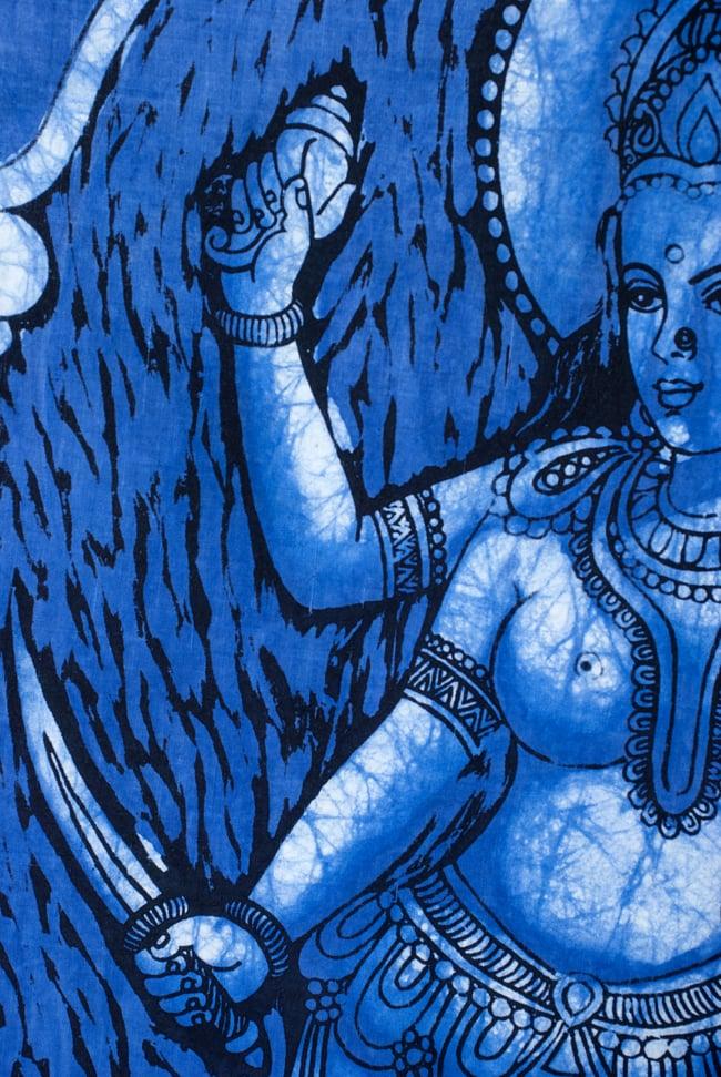 [小サイズ]バティック染めのタペストリー風神様布 - ドゥルガー[約50x85cm]の写真3 - 柄の拡大です
