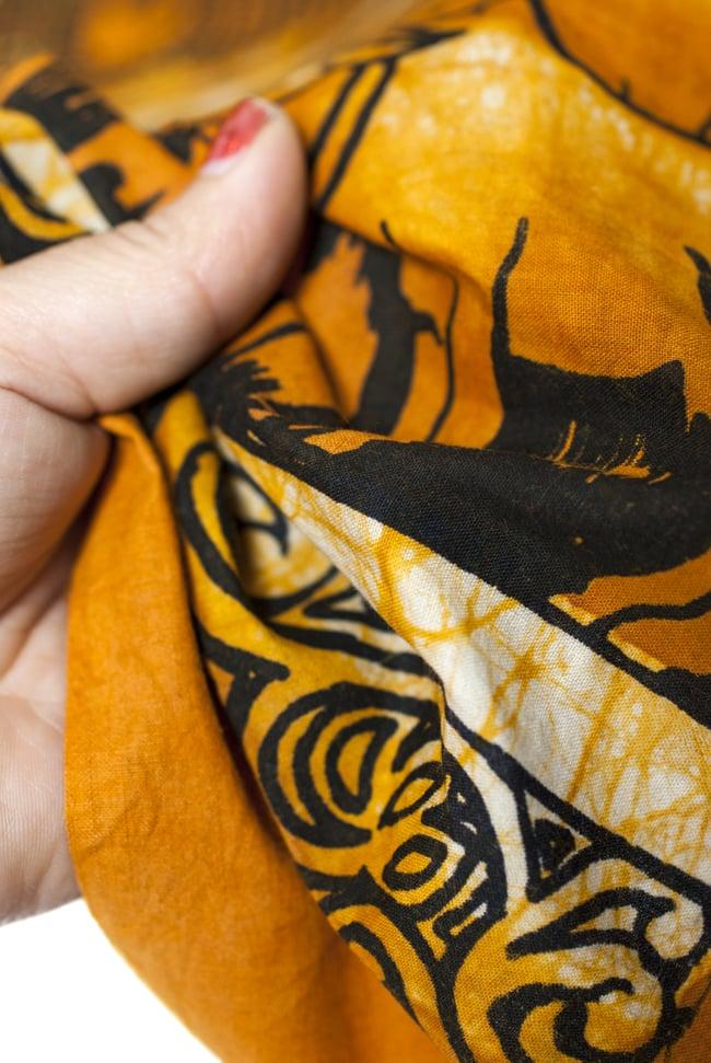 [小サイズ]バティック染めのタペストリー風神様布 - クリシュナ[約50x85cm]の写真5 - 目の細かめの布でできています。また、のりが利いています。