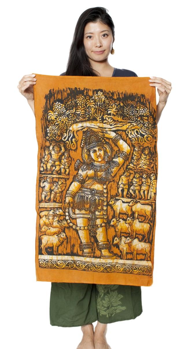 [小サイズ]バティック染めのタペストリー風神様布 - クリシュナ[約50x85cm]の写真6 - 女性スタッフが持ってみるとこれくらいの大きさです。