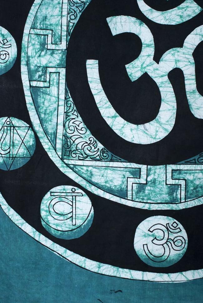 [大サイズ]バティック染めのタペストリー風神様布 - オーン・マントラ[約85x130cm]の写真4 - 柄の拡大です