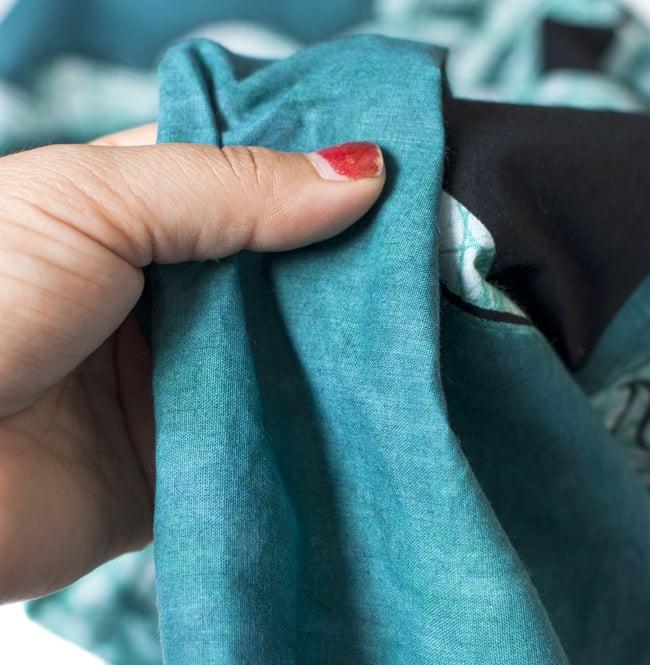 [大サイズ]バティック染めのタペストリー風神様布 - オーン・マントラ[約85x130cm]の写真5 - 目の細かめの布でできています。また、のりが利いています。