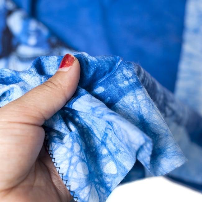 [大サイズ]バティック染めのタペストリー風神様布 - ラクシュミ[約85x130cm]の写真5 - 目の細かめの布でできています。また、のりが利いています。