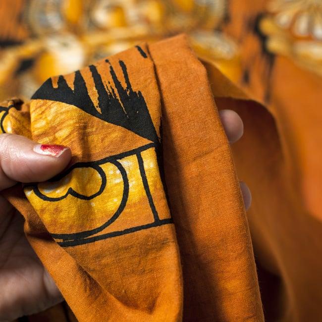 [大サイズ]バティック染めのタペストリー風神様布 - クリシュナ[約85x130cm]の写真5 - 目の細かめの布でできています。また、のりが利いています。